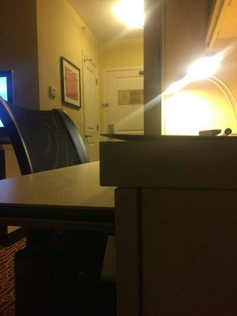 TownePlace Suites Wilmington/Wrightsville Beach: Furniture coming apart in the room