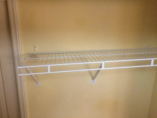 TownePlace Suites Wilmington/Wrightsville Beach: Closet shelf detached from wall