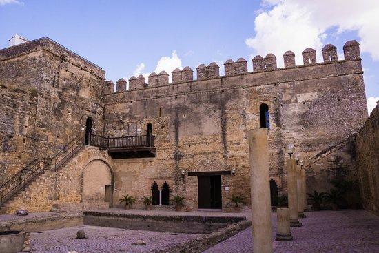 The fortress picture of alcazar de la puerta de sevilla for Puerta de sevilla carmona