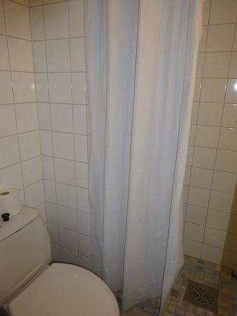 Ava Hotel: Вода из душа льет прямо на пол, но есть специальная палка с резинкой, чтоб воду сгонять в сток )