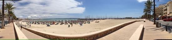 Hotel Las Arenas: Stranden, med hotellet og marinaen til højre