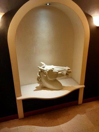 Hotel Europa Padova : scultura presente per le scale