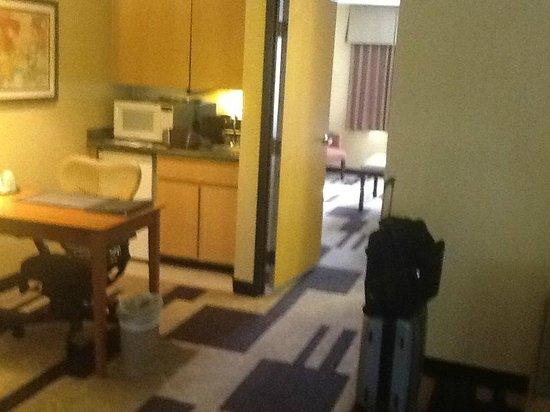 BEST WESTERN PLUS Scottsdale Thunderbird Suites: Living room/ Desk Area