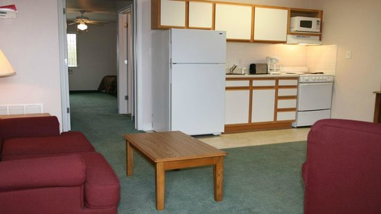 Affordable Suites of America: Kitchen/Living Room