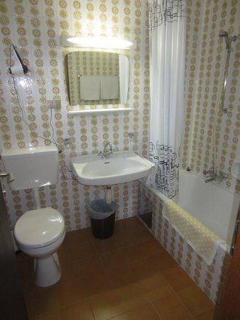 Hotel Tyrol: clean dated bathroom