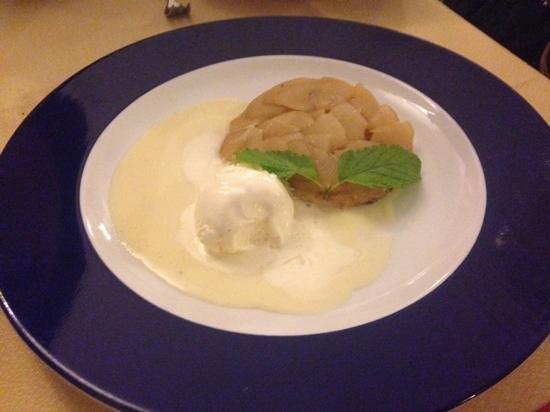 Entre Sierras: Compota de Manzana con helado y cema de vainilla