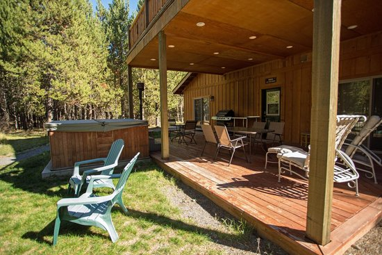DiamondStone Guest Lodges: Homestead Lodge north deck with propane BBQ and hot tub.