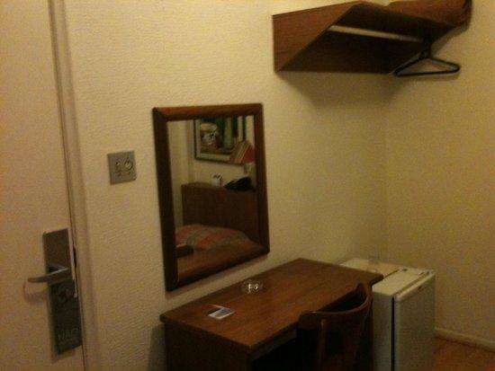 Rojas All Suite Hotel: Mesa quarto