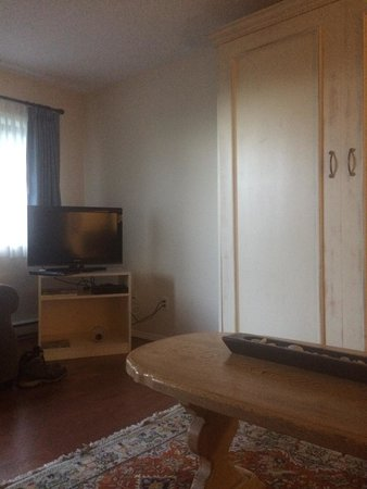 Heron's Landing Hotel: Nice living room with Queen Murphy bed