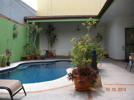 Hotel La Guaria Inn & Suites : Pool and patio