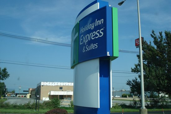 Holiday Inn Express Hotel & Suites Chambersburg: sign out front
