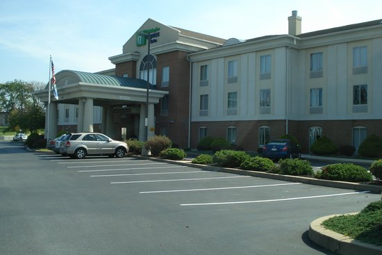 Holiday Inn Express Hotel & Suites Chambersburg: Entrance to the hotel