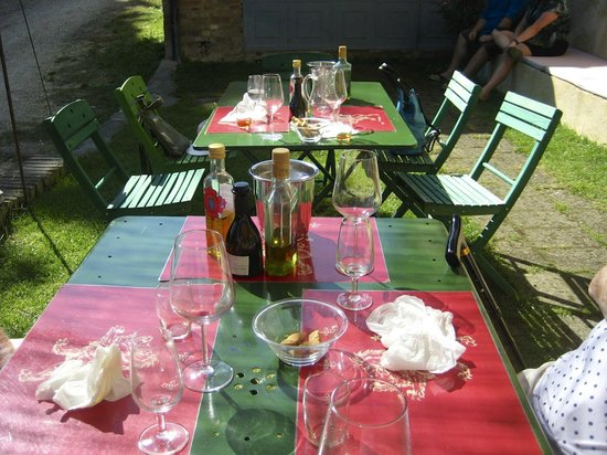 Castello Sonnino: Yum, we enjoyed a delicious meal and some great wine out in the garden