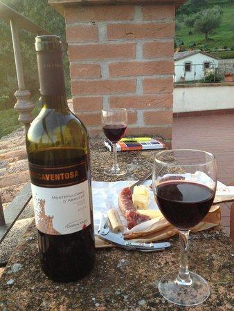 Agriturismo Val di Boccio: Apéro sur la terrasse (le tout acheté au petit village)