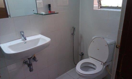 Gourish Hotel: Bathroom