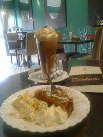 #IceCoffee #cappuccino #tropical + #apfelstrudel