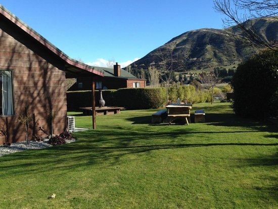 Alpine View Lodge: Room and garden