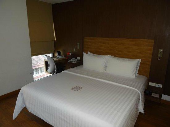 Sacha's Hotel Uno: ベッドと机