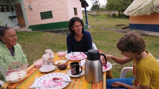 Casa Aida: breakfast with Aida outside