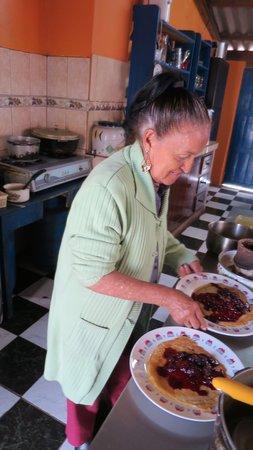 Casa Aida: Aida preparing her delicious pancakes