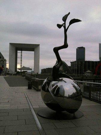 Fraser Suites Harmonie Paris La Défense : Escultura en La Defénse, con La Grande Arche al fondo, Les 4 Temps a la izq y el CNIT a la derec