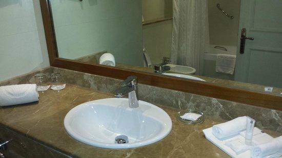 Jumeira Rotana: bathroom