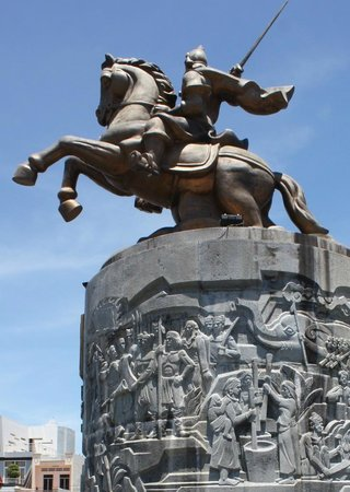 Sunflowers Hotel: Statue to a hero of the Tay Son rebellion, Emperor Nguyen Hue