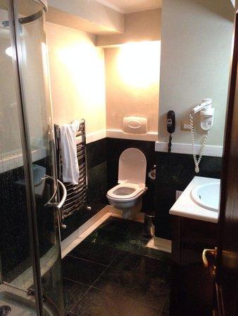 Vigo Hotel: Bathroom with noisy fan.