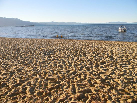 Tahoe Lakeshore Lodge and Spa: Play and relax on the beach
