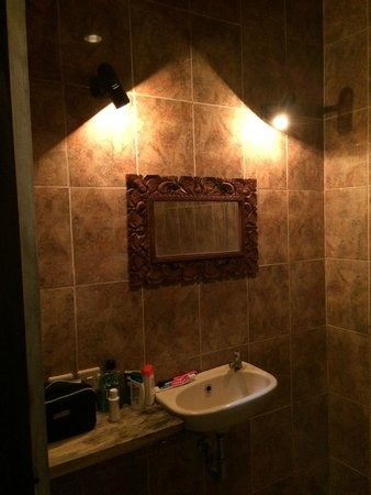 Pondok Permata Homestay: Simple bathroom with hot shower