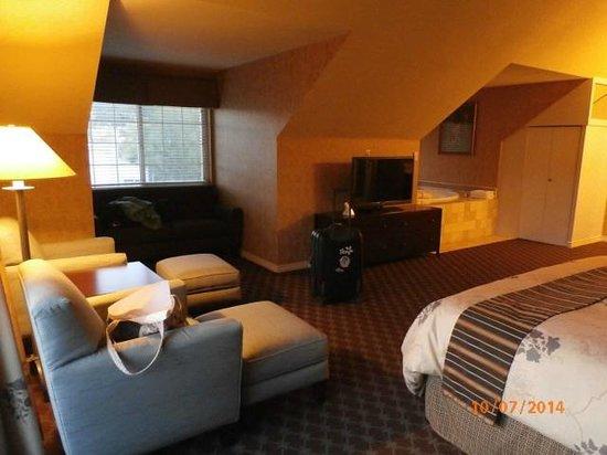 Best Western Bard's Inn : living room/bed/tv/jacuzzi