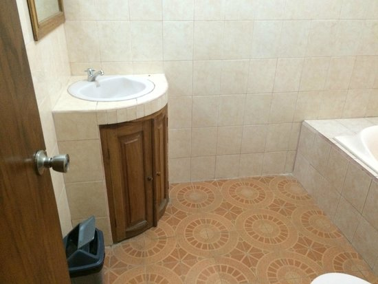 Secret Garden Inn: 2nd Bathroom