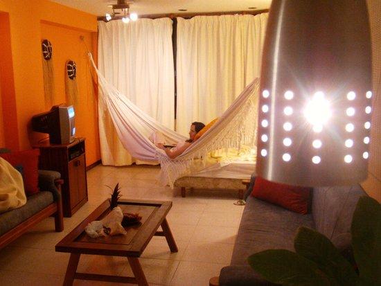 Costa Real Suites: Sala con tv y amaca