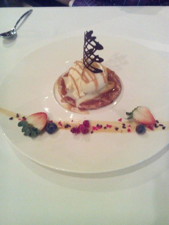 Le Bistro Hua hin : apple tart and ice cream