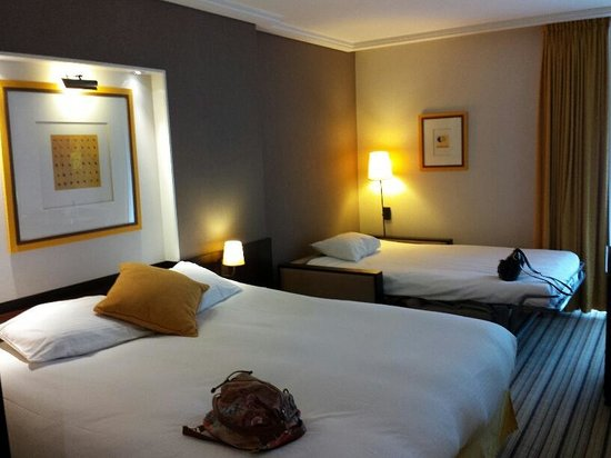 Parker Hotel Brussels Airport : large room with comfy beds