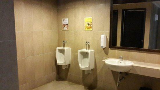 Horison Ultima Makassar Hotel: nuansa remang-remang di toilet laki2