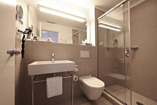 Aimia Hotel: Double Standard Bathroom