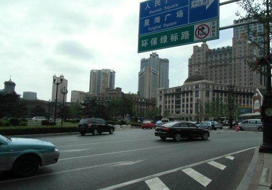 Dalian Zhongshan Square: 広場を取り囲む道路