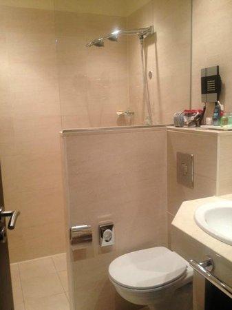 NH Amsterdam Centre: El baño: ducha muy amplia