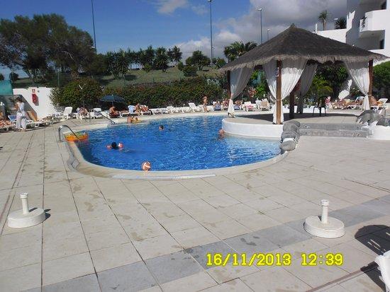 Apartamentos Aguamar: pool by day