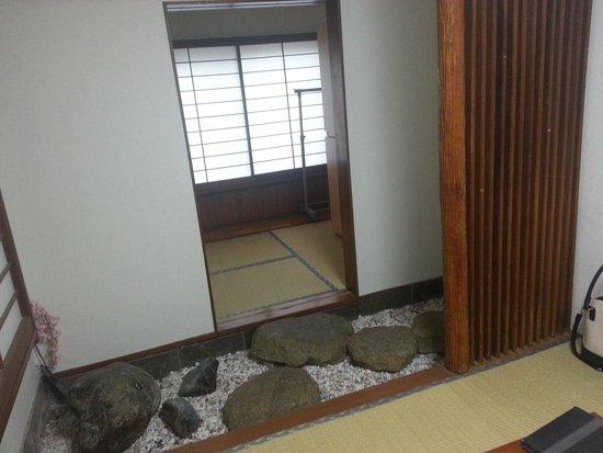 Business Hotel Shin-Okubo Sekitei: walkway to shower/room