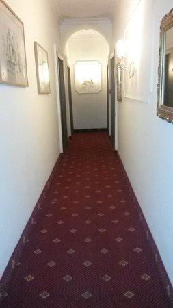 Hotel Daniela: couloir d acces au 1er etage