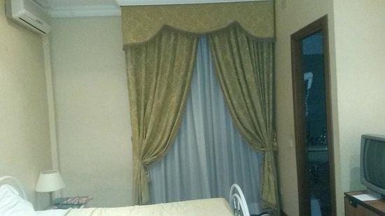 Hotel Daniela: chambre (fenetre en face de l entree de la chambre)