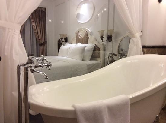 Fish-bowl bath