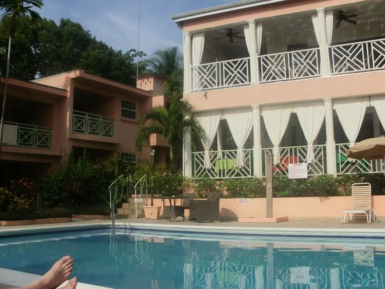 Travellers Palm: Pool showing bar area and rooms 4, 5, (12, 13, 14 above)