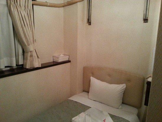 Hotel Suntargas Otsukaten : シングルルーム(喫煙)です。ベッドの上と通路以外、スペースは無いに等しいです。寝るだけと割り切れば、格安でそれなりに快適です。