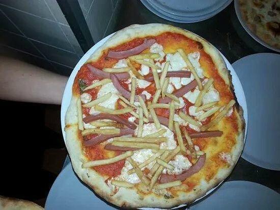 Ristorante FUORI ZONA: pizza michelle con wurstel e patatine fritte