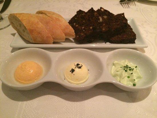 Ribe: Хлеб с вариантами масел, выпекается и производится в ресторане