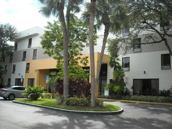 Holiday Inn Express Hotel & Suites Ft Lauderdale - Plantation : Hotel exterior