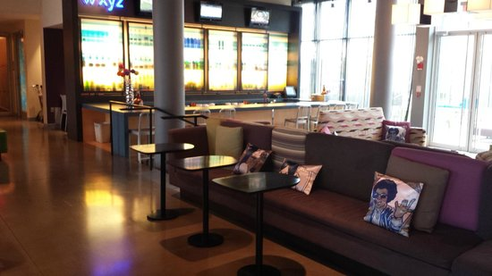 Aloft Montreal Airport: Bar and lounge area